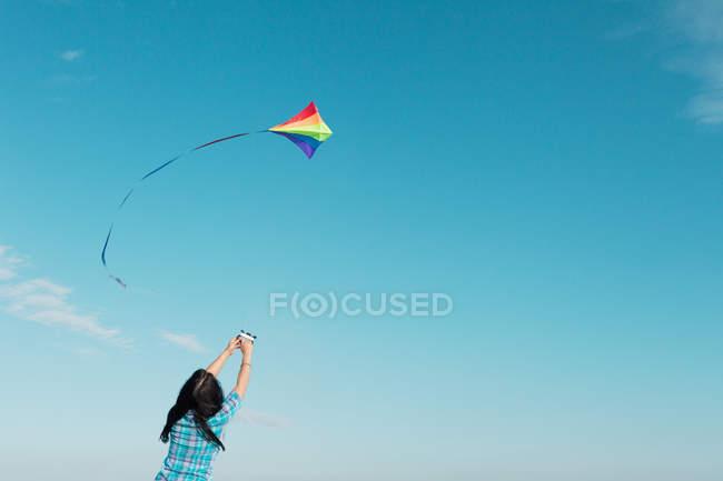 Жінка летить кайт на відкритому повітрі — стокове фото