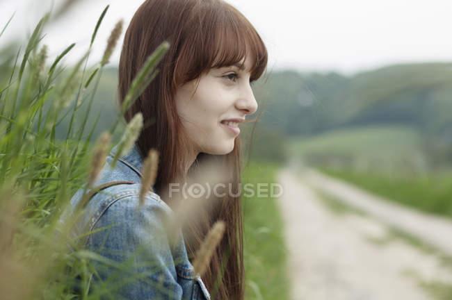 Портрет молодой женщины рядом с грунтовой дорожкой — стоковое фото