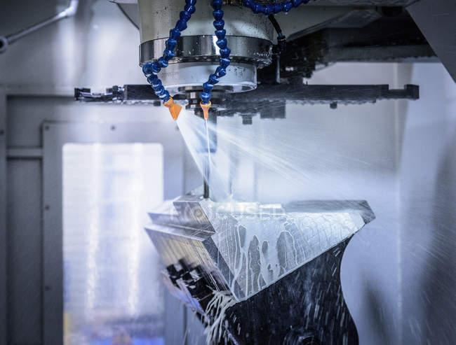 Machine de découpe Cnc à l'envers dans l'ingénierie d'usine — Photo de stock