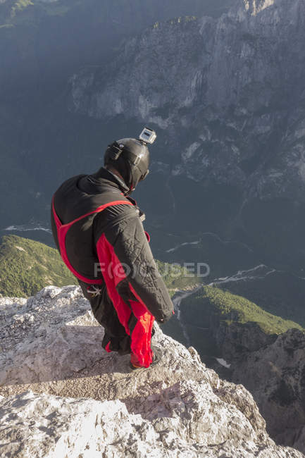 BASE jumper on mountain edge, Alleghe, Dolomites, Italy — Stock Photo