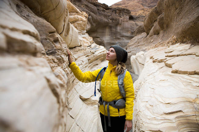 Trekker taking in sights, Death Valley National Park, California, US — Foto stock