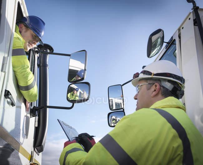 Робітники з реагування на надзвичайні ситуації з фахівцем обладнання та рятувальними вантажівках — стокове фото