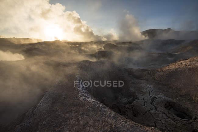 Sol de Manana Geyser ao amanhecer, Reserva Nacional da Fauna Andina Eduardo Avaroa, Bolívia, América do Sul — Fotografia de Stock