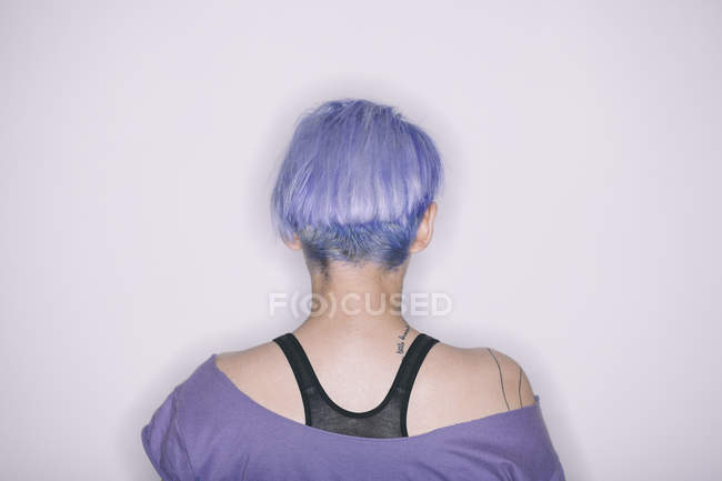 Rear view of woman with purple hair and t-shirt — Stock Photo