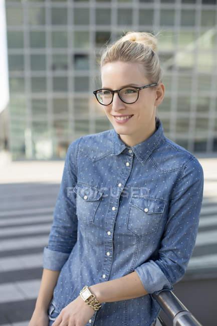 Ritratto di giovane donna all'aeroporto — Foto stock