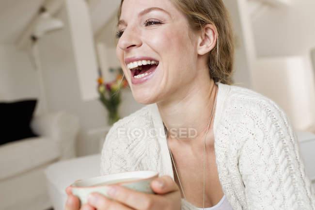Ritratto di giovane donna adulta che beve tè — Foto stock