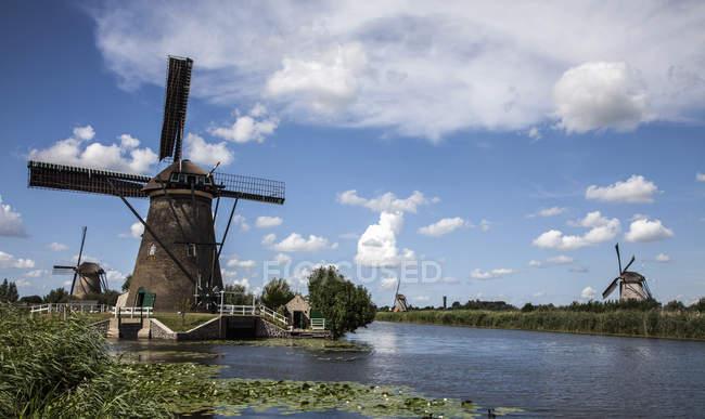 Molinos de viento y vías navegables, Kinderdijk, Países Bajos - foto de stock