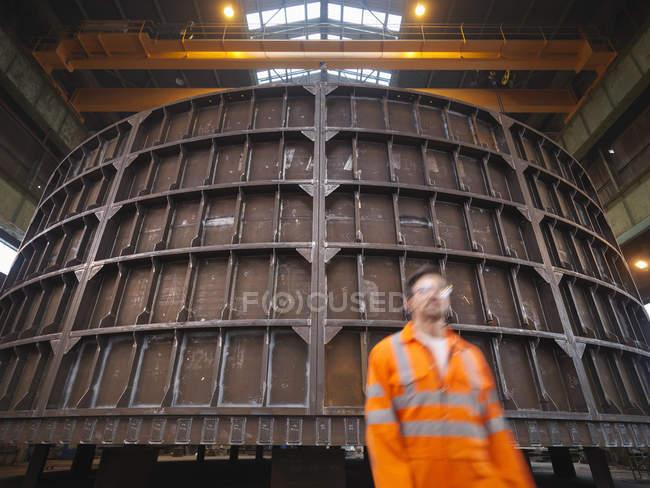 Ingenieur zu Fuß vorbei marine Fabrikation, Bewegungsunschärfe — Stockfoto