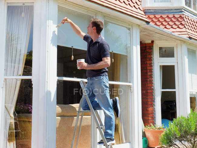 Людина на сходах картина віконні рами — стокове фото