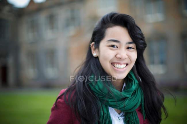 Nahaufnahme eines Studenten, der im Freien lächelt — Stockfoto