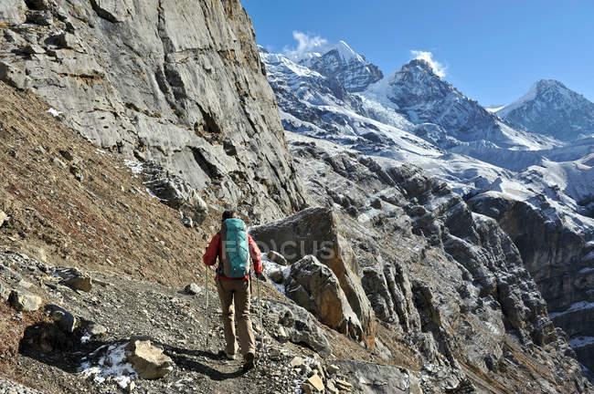 Vista posteriore della femmina trekker seguendo il sentiero, Thorung La, Nepal — Foto stock