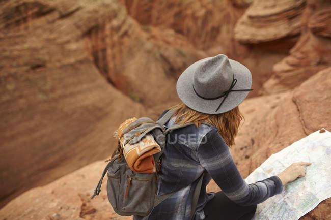 Mujer mirando el mapa, Page, Arizona, Estados Unidos - foto de stock