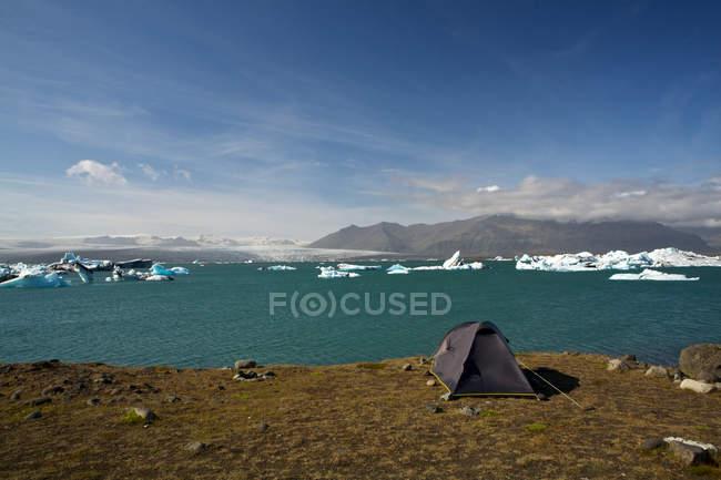 Majestueux paysage pittoresque avec la tente au bord de mer en Islande — Photo de stock