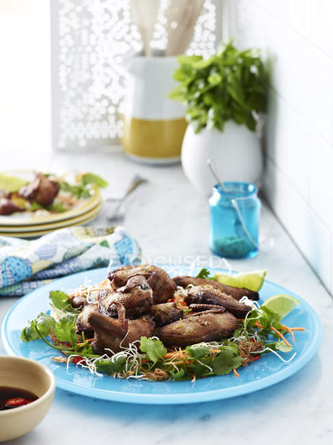 Knusprige Chicken Wings mit Salat auf Teller — Stockfoto