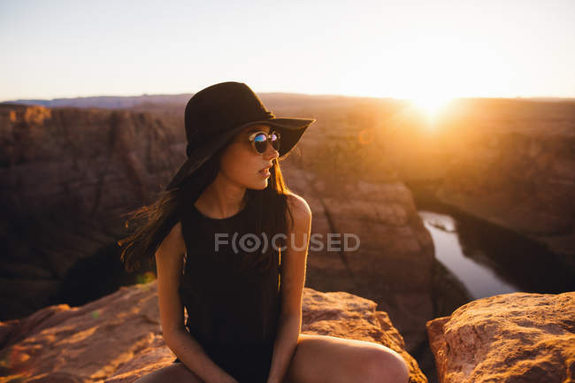 Donna rilassante e godendo vista, Horseshoe Bend, Pagina, Arizona, Usa — Foto stock