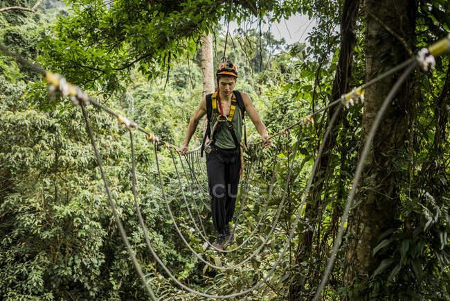 Mann überquert Seilbrücke im Wald, Ban Nongluang, Provinz Champassak, Paksong, Laos — Stockfoto