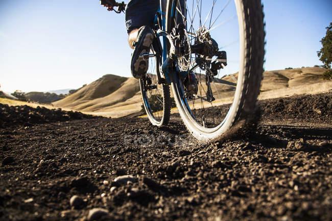 Beschnitten Oberflächenansicht von junger Mann Mountainbiken auf Feldweg, Mount Diablo, Bay Area, Kalifornien, Usa — Stockfoto