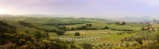 Vue panoramique sur les collines verdoyantes, Italie — Photo de stock