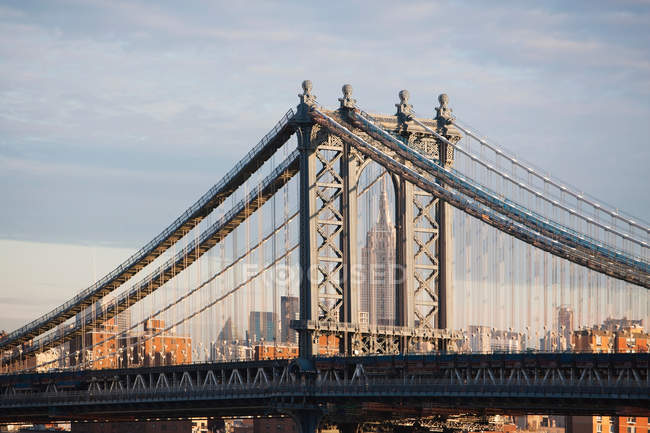 Observación de la vista del puente y el horizonte de la ciudad - foto de stock