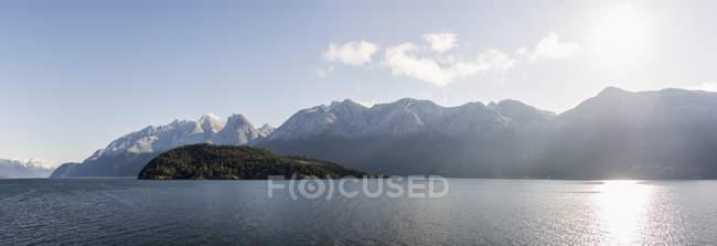 Nascer do sol sobre a água em Sechelt, British Columbia, Canadá — Fotografia de Stock