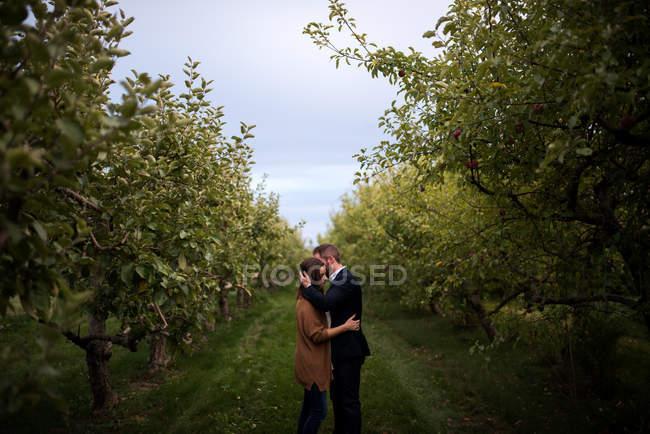 Романтичний дорослий пару обіймаючи в саду — стокове фото