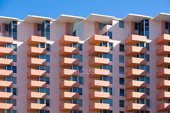 Hotel building in peach color, florida, united states of america — Stock Photo