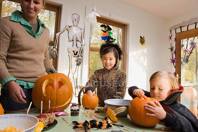 Famille Confection de criques ou de lanternes — Photo de stock