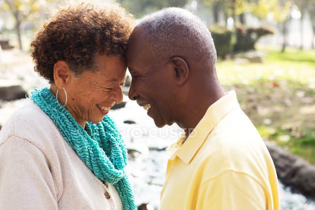Старшая пара лицом к лицу, улыбаясь — стоковое фото