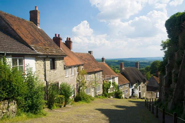 Жилые дома в деревне, Шайсбери, Великобритания — стоковое фото