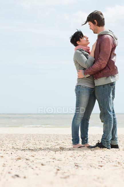 Молодая пара у моря — стоковое фото