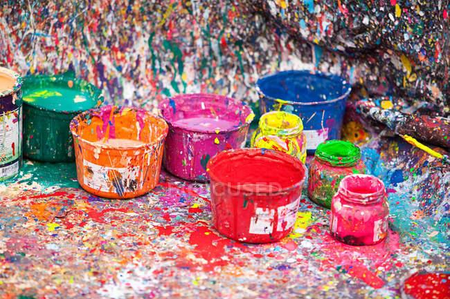 Pintura salpicada y macetas - foto de stock