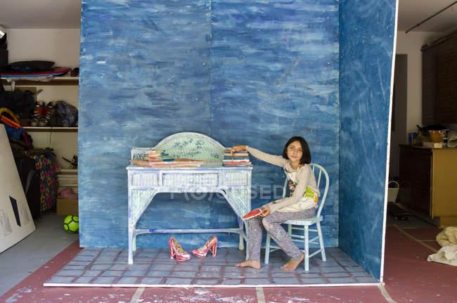 Chica en garaje sentada en el diseño del conjunto - foto de stock