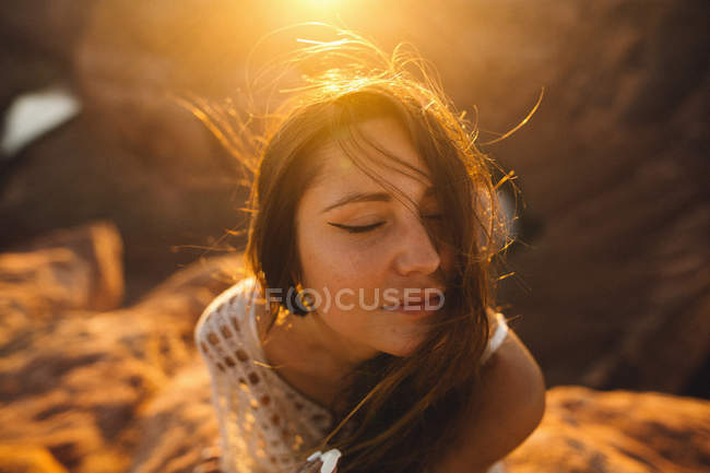 Woman enjoying breeze, Horseshoe Bend, Page, Arizona, USA — Stock Photo