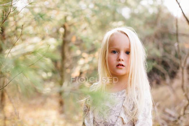 Menina de cabelos loiros na floresta — Fotografia de Stock