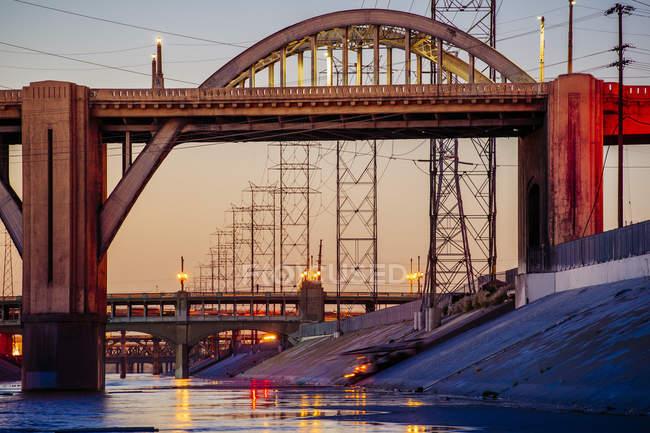 Terraplén del río Los Ángeles y puentes de las calles 6 y 7 por la noche, Los Ángeles, California, EE.UU. - foto de stock