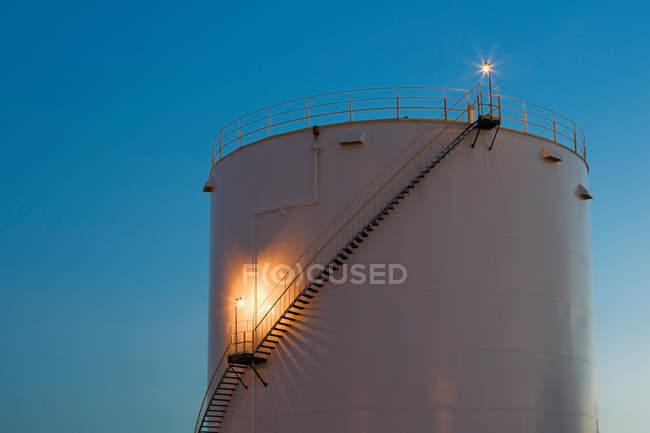 Tanque de almacenamiento de gas al atardecer - foto de stock