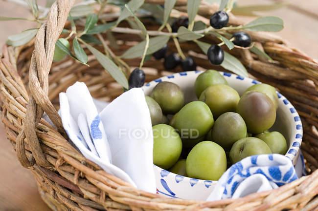 Оливки в соломенной корзине — стоковое фото