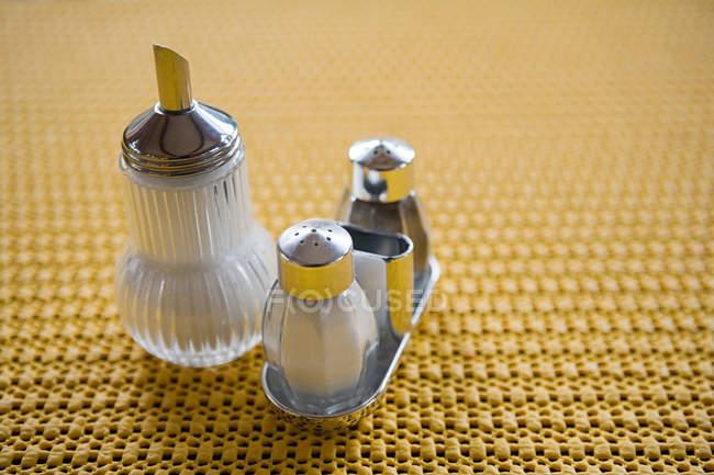 Nahaufnahme transparenter Glasbehälter mit Gewürzen auf dem Tisch — Stockfoto
