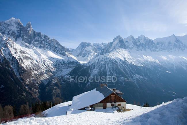 Casa in cima alla montagna — Foto stock