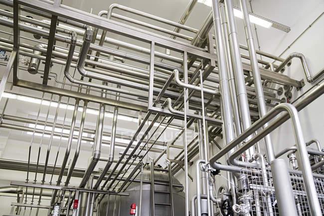 Tuyauterie industrielle en usine — Photo de stock