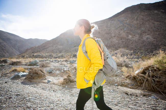 Randonnée pédestre dans le parc national de Death Valley, Californie, États-Unis — Photo de stock
