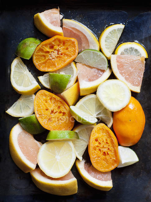 Top view of slices of citrus fruit on table — Stock Photo