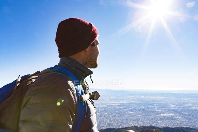 Excursionista en el mirador, Cucamonga Peak, Mount Baldy, California, Estados Unidos - foto de stock