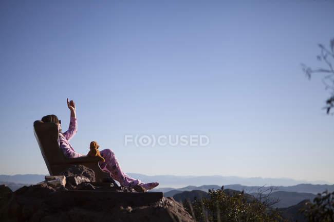 Homme portant un bain de soleil rose onesie avec ours en peluche, Malibu Canyon, Californie, États-Unis — Photo de stock