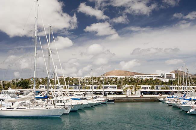 Yates en Puerto Calero marina - foto de stock