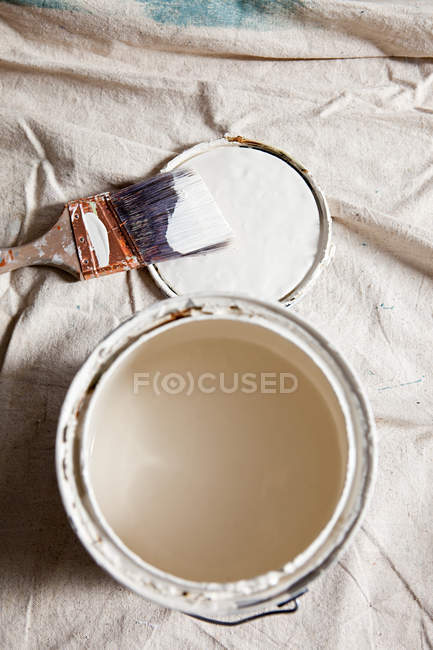 Open paint tin with white paint — Stock Photo
