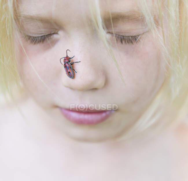 Мальчик с насадкой на нос — стоковое фото