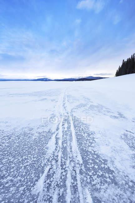 Diminuindo a perspectiva de neve cobriu o lago congelado — Fotografia de Stock