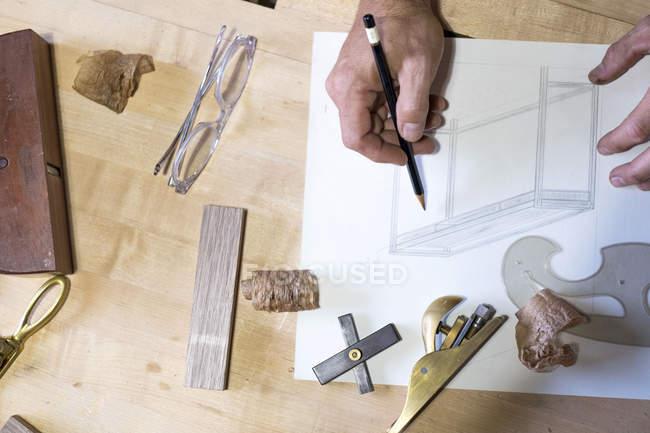 Tischler in seiner Werkstatt, Nahaufnahme der Handzeichnung — Stockfoto