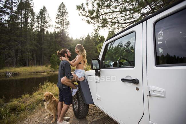 Романтичний молода пара поруч із джип на річки, озера Тахо, штат Невада, США — стокове фото